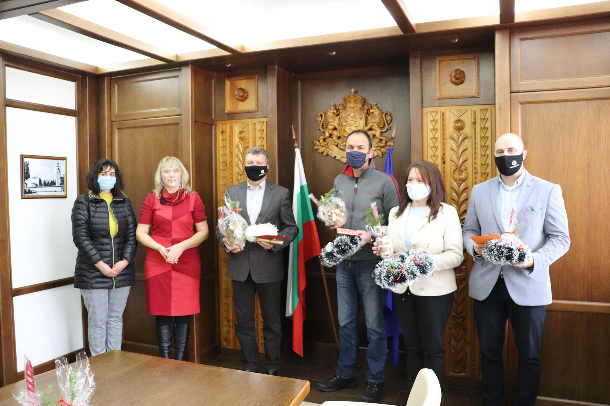 Защитени жилища в Банско подготвиха празнична украса