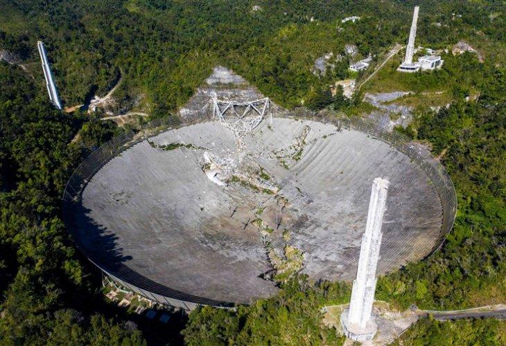 Огромният прочут радиотелескоп в Пуерто Рико се срина