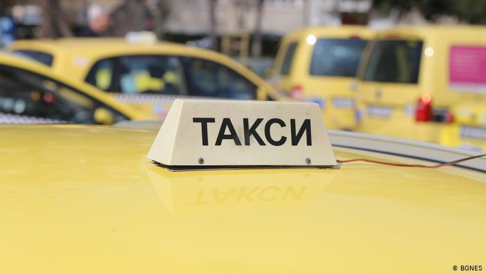 Таксиметрови шофьори от Благоевград искат двойно падане на данъка