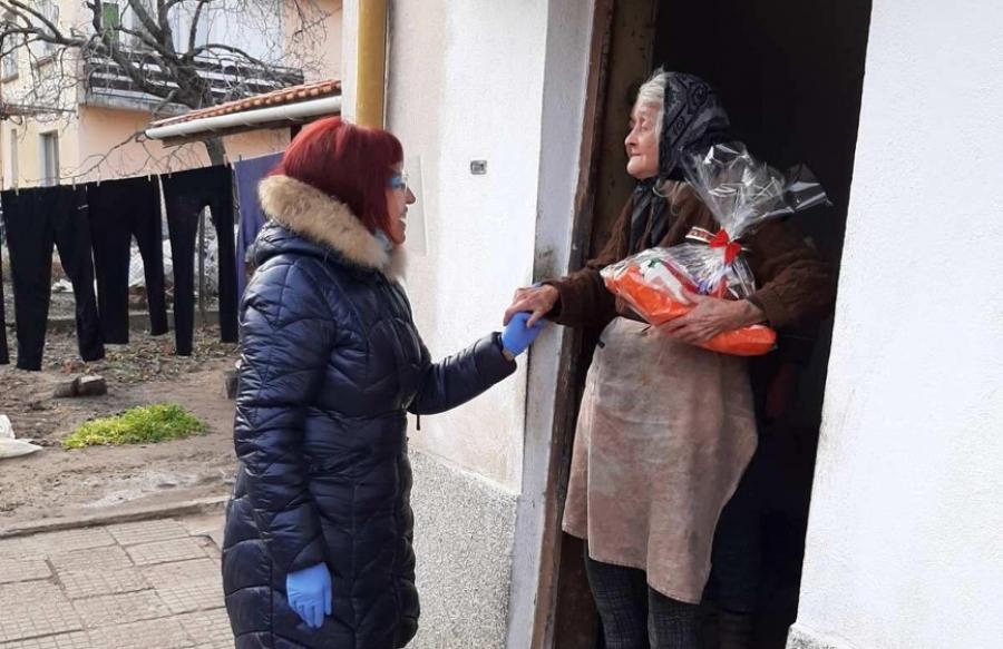 Кметът на Крупник зарадва с коледни пакети самотните възрастни хора на селото