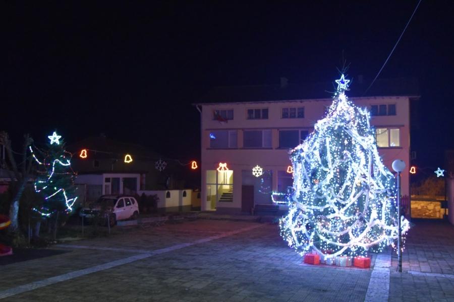 Коледна украса освети празнично и село Полена