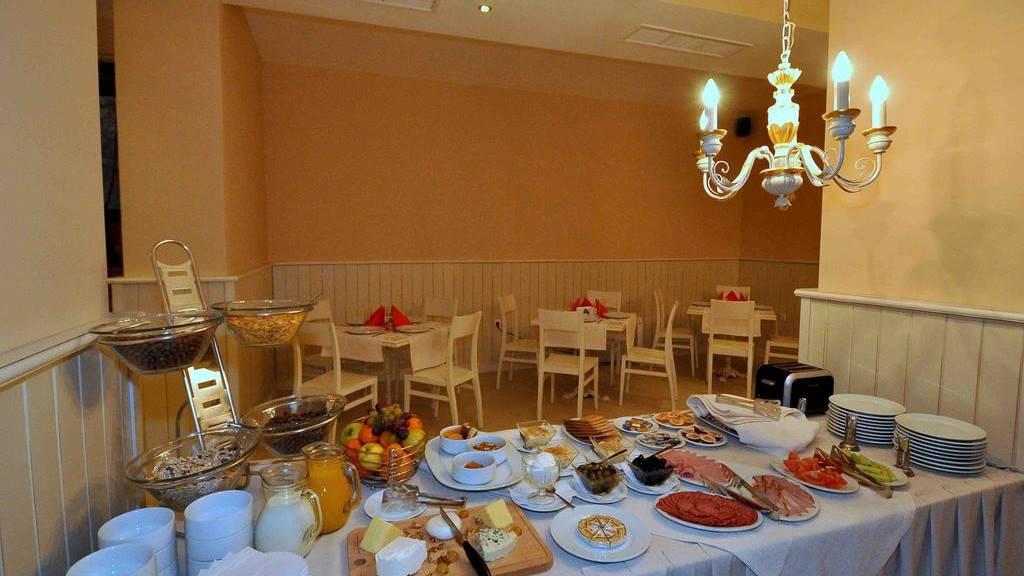 На Нова година в хотел в Банско: Храним се на смени в ресторанта