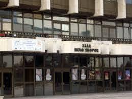 """Кметът на община Благоевград инж. Румен Томов разпореди фоайето на зала """"Яворов"""" да бъде отворено за чакащите пред РЗИ"""
