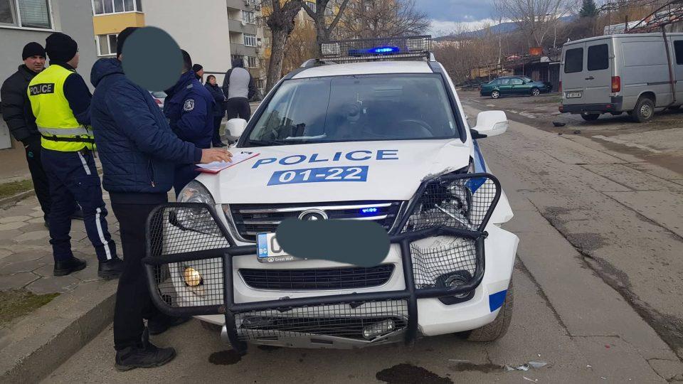 Полицейски патрул катастрофира след зрелищна гонка в Благоевград