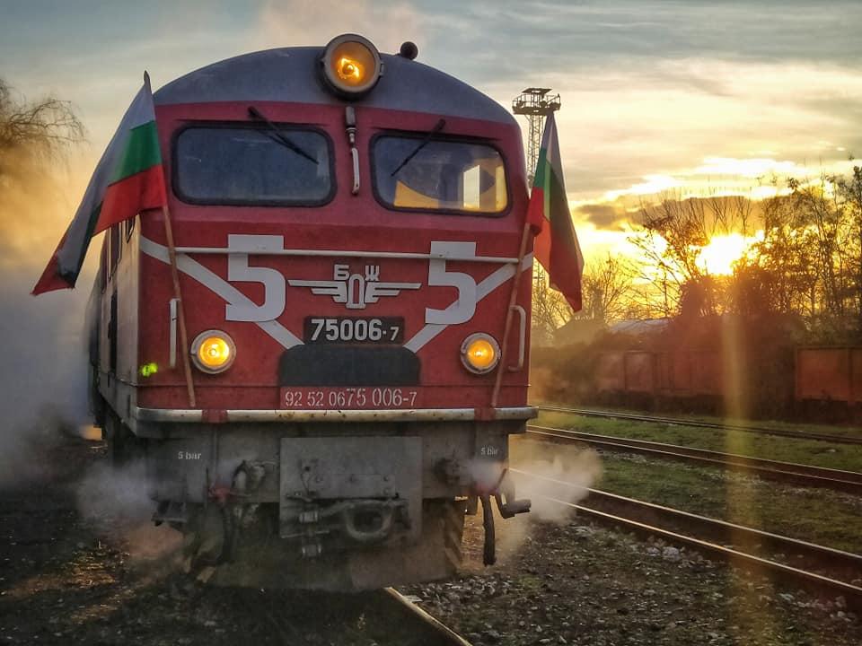 Честити 55 години вярна редовна служба на първите магистрални дизелови локомотиви за теснолинейката, заменили парната тяга!