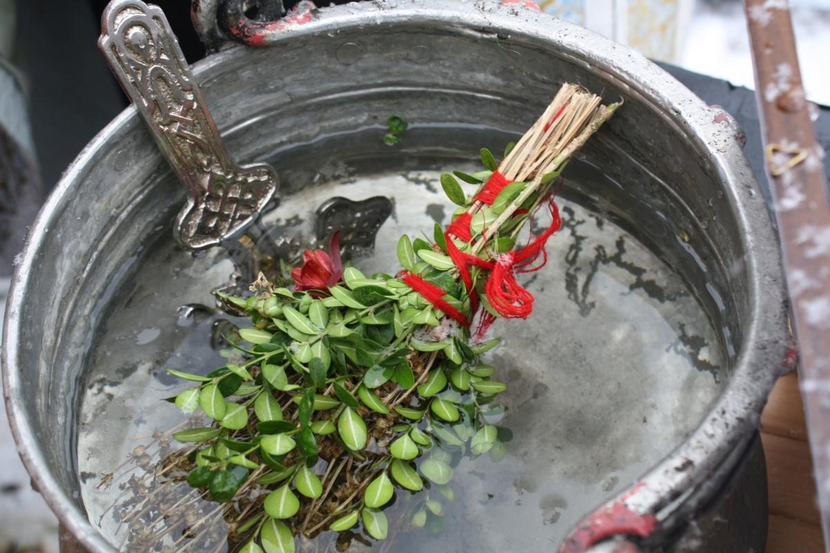 Хвърлят Богоявленския кръст в шадравани и казани в дворовете на църквите