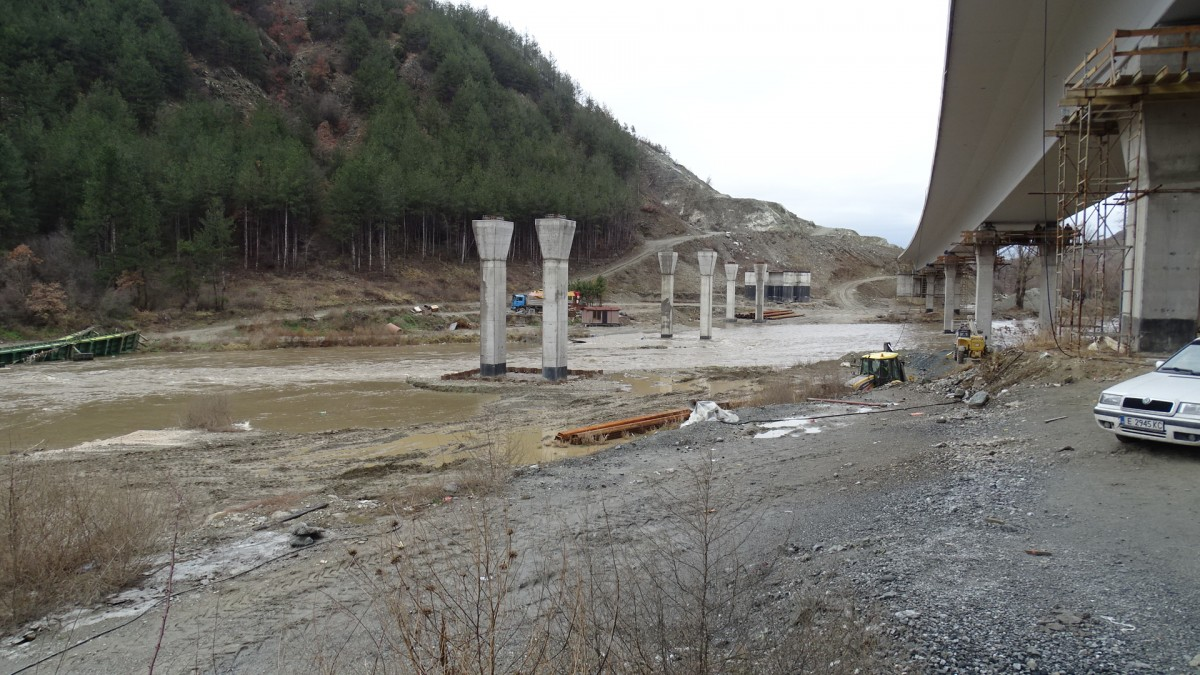 Придошлите води на р. Струма отнесоха понтонeн мост