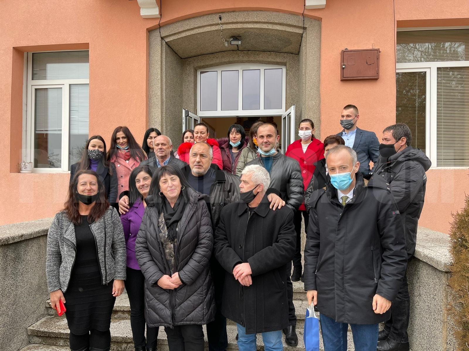 С боб и джоджен дариха Бойко Борисов в село Дъбница