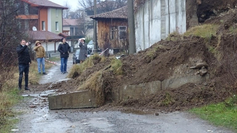 Срути се подпорна стена в кочериновското село Пороминово