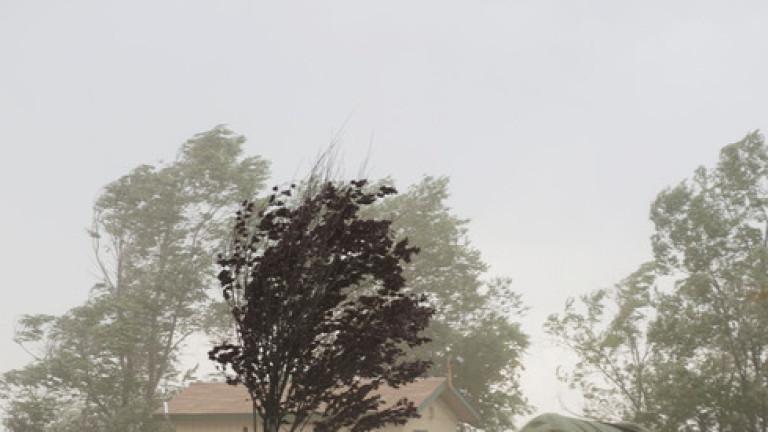 Националния институт по хидрология и метеорология издадe предупредителни кодове за вятър и дъжд