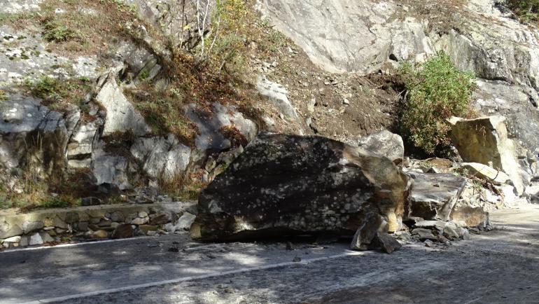 Голяма скална маса падна на пътя за Рилския манастир