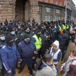 Граждани опитаха да пробият полицейския кордон пред МС