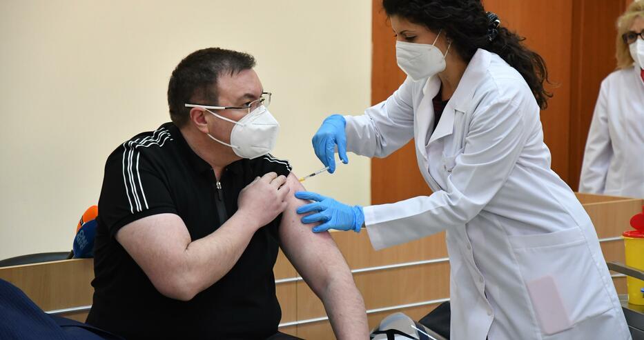 Здравният министър след ваксината: Получих тахикардия, имах болка в ръката