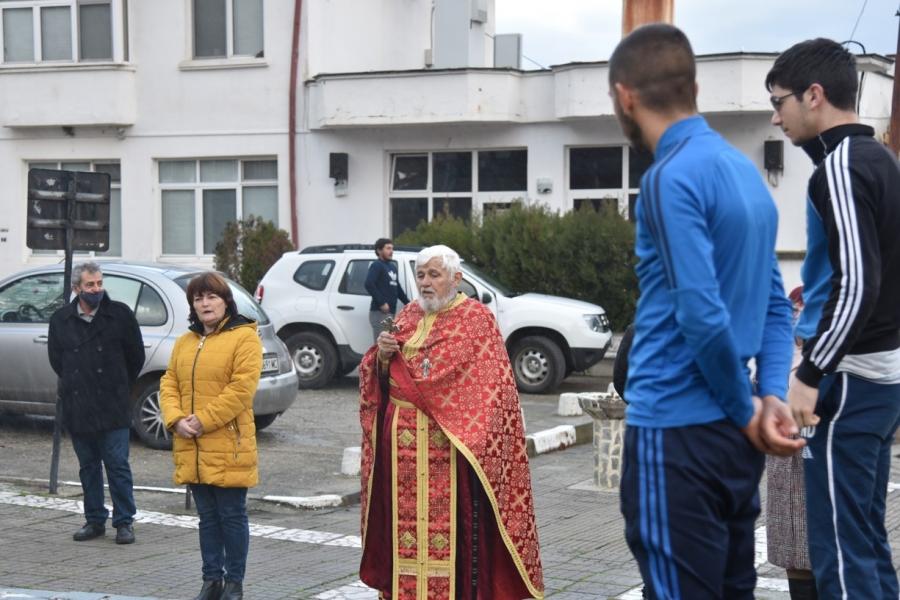 Две момчета се бориха символично за Светия кръст в Крупник