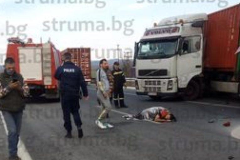 Тежка катастрофа с благоевградски тир е станала на магистралата от Солун