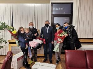 Първото бебе за 2021 година и последното за 2020 година получиха подаръци от кмета на община Благоевград