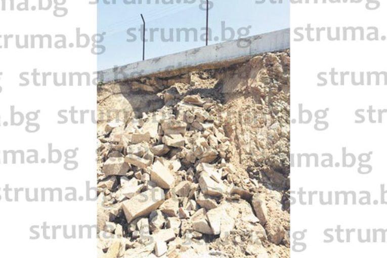 Скална маса се отцепи от скат до новото сметище край благоевградското с. Бучино и потроши покрива на навес до сградата за компостиращата инсталация