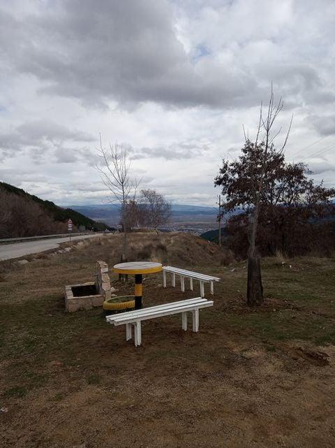 Дело за пример: Направиха пейки и масичка до чешмата на Добротино