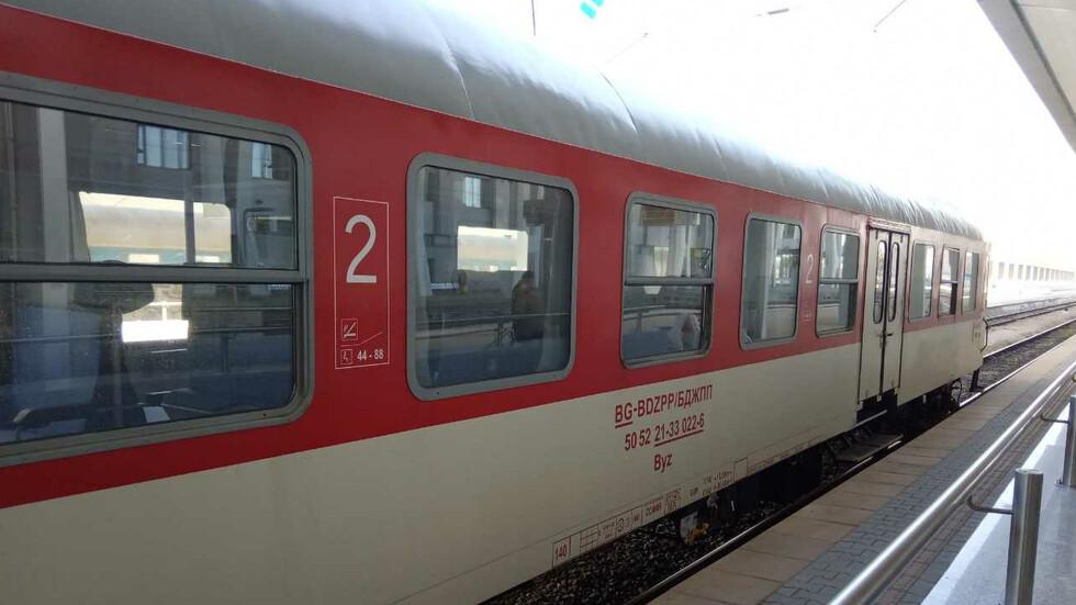 Нападнаха влак с камъни