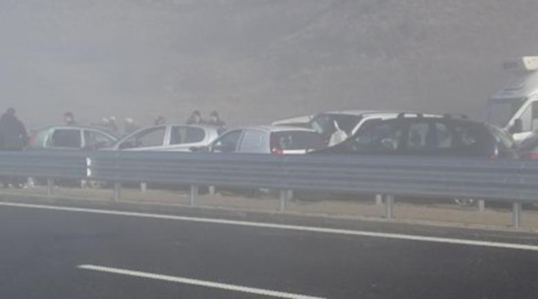 Верижна катастрофа с 10 автомобила край Сандански