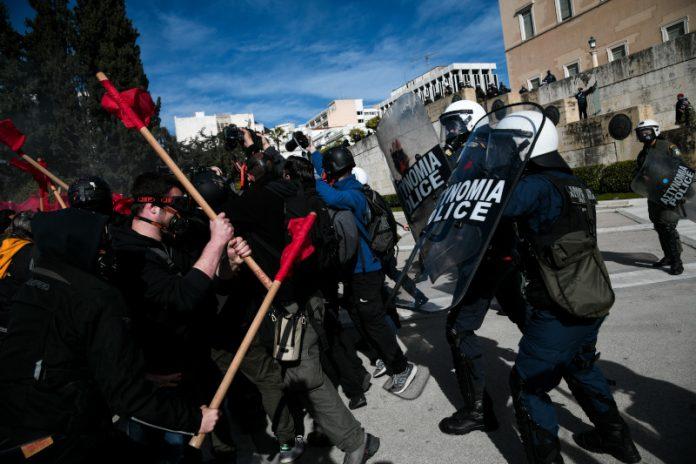 Протести в Атина, напрежението ескалира