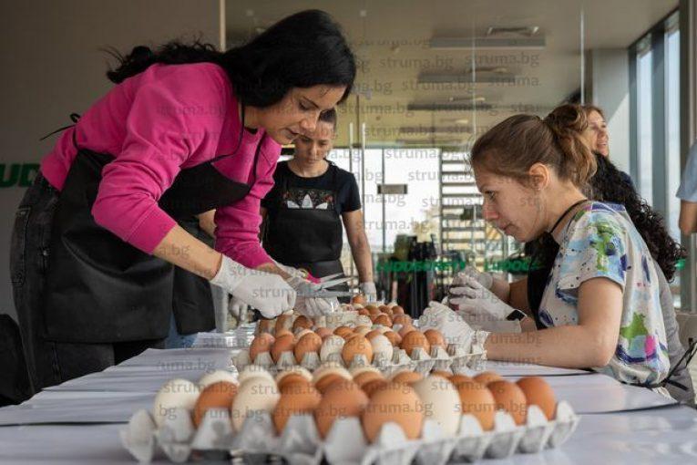 Разложанката Марияна Дякова боядисва яйца за сираци заедно с други футболни съпруг