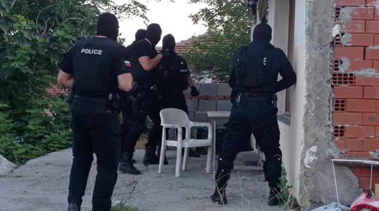 6 пушки, 28 телефона, 49 нотариални акта открити в дома на дилър