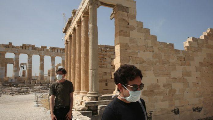 Полицейският час и ограниченията заради COVID-19 намалиха туристите в Гърция