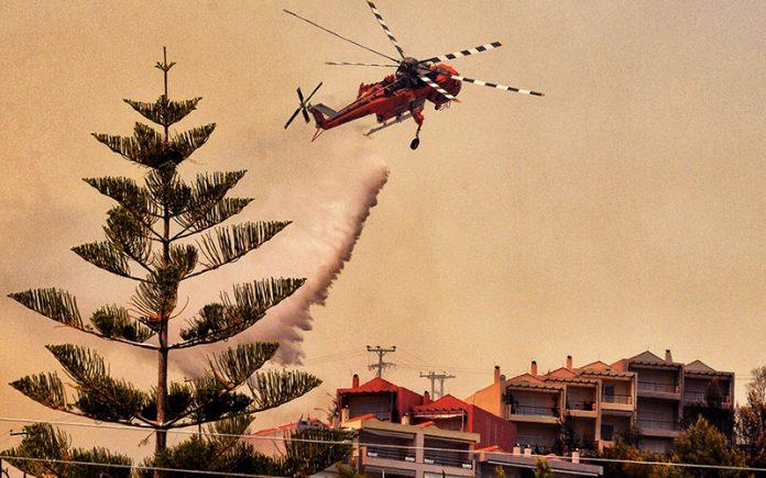 Пожар край Атина унищожи домове и автомобили