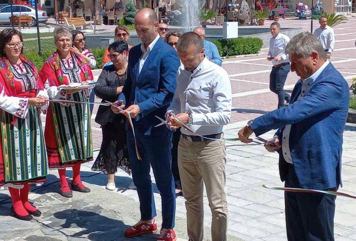 Кметът Ревански и колегите му от Щип и Кочани прерязаха лентата на обновеното читалище в Белица