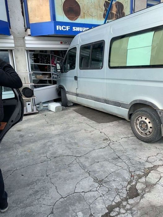 Бус се вряза във витрина на магазин в Гоце Делчев