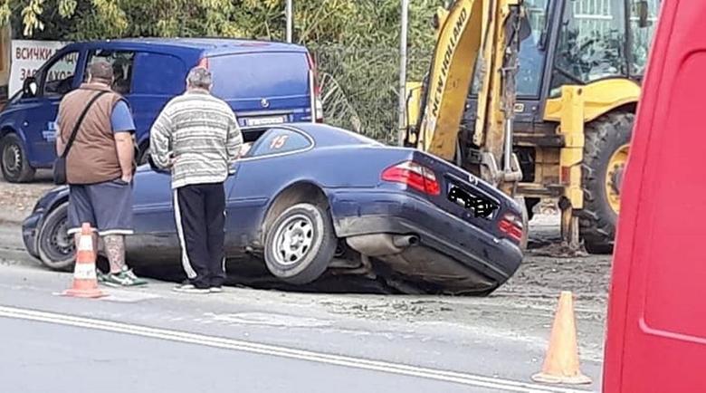 Лек автомобил пропадна в ремонтиращa се в момента ВиК авария