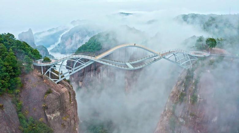 """""""Нереалният"""" стъклен мост в Китай все пак е истински"""