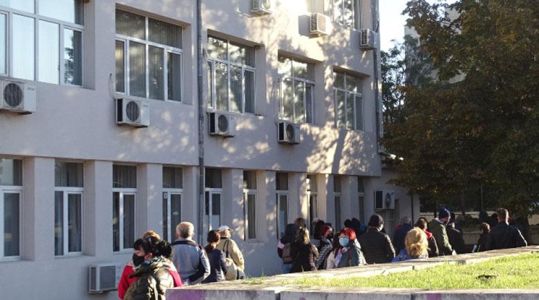 Опашка от хора, които желаят да се ваксинират, има пред имунизационния кабинет на РЗИ-Благоевград днес