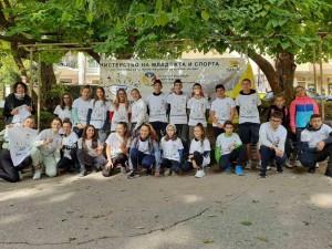 """Десетки деца и младежи подкрепиха здравословния начин на живот чрез поход до парк """"Бачиново"""""""